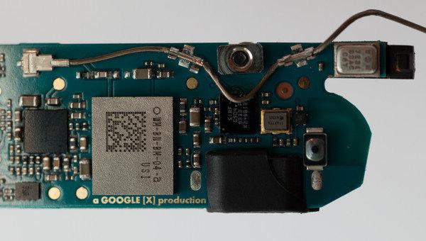 国金证券电子元器件首席分析师程兵在其近期关于环旭电子(601231.SH)的研报中称,公司已经明确成为Google Glass 通讯模组的供应商;近期也有拆解报告显示,谷歌眼镜所用通讯模组即为环旭电子产品。但大智慧通讯社经过多方求证,均未有了解此消息的业内人士。环旭电子是否切入Google Glass的产业链,成为一个谜。  近期,有谷歌眼镜的拆解报告显示,谷歌眼镜探索者版RF模组用的是A股上市公司环旭电子的产品,型号为WM-BM-BM-04-a,上面有环旭电子国际标示USI,非常清楚显目。而USI