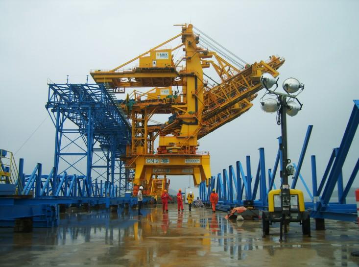 近日,振华重工为巴西阿苏大港建造的世界最大装船机进入现场调试阶段,该船每小时额定装船12000吨,最大装载能力达每小时15000吨,其装载能力居世界首位。 特大型装船机是适应现代大型散货码头高效作业的关键设备。随着世界经济的发展,推动了以矿石、煤炭为代表的大宗散料的物流运输,催生出大型化、特大型化的运输船舶,从而需要特大型高效装船机进行配套服务。 振华重工抓住了散货大型化发展的趋势,攻克了回转、臂架等建造难点,掌握了伸缩驱动装置的设计、制造及调试、回转支撑轨道等核心建造技术,打破国外的技术垄断,填补我国在