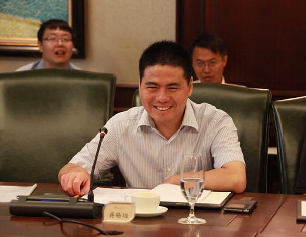 发布时间:2014-8-15 10:01:18 8月13日,正和岛联合投资基金工作报告会在北京举行。会议旨在讨论议事规则、投资策略和创新业务模式等。远东控股集团董事局主席、首席执行官蒋锡培作为基金合伙人出席会议并发言。 正和岛联合投资基金战略委员会主席、永隆银行董事长、原招商银行行长马蔚华,正和岛联合投资基金产业顾问委员会主席、汇源集团董事长朱新礼,正和岛联合投资基金管理公司董事长刘东华,创始合伙人及总裁陈里,@青岛特锐德电气股份有限公司董事长于德翔@,科大讯飞股份有限公司董事长刘庆峰等基金创始人、合伙人