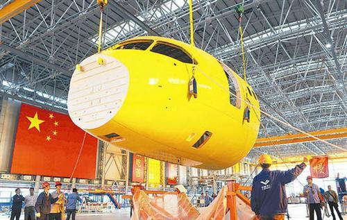 国产大飞机c919机头运抵上海 开始与机身对接