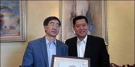 此次访问,姜胜耀还走访了清华大学在青岛的部分校友.
