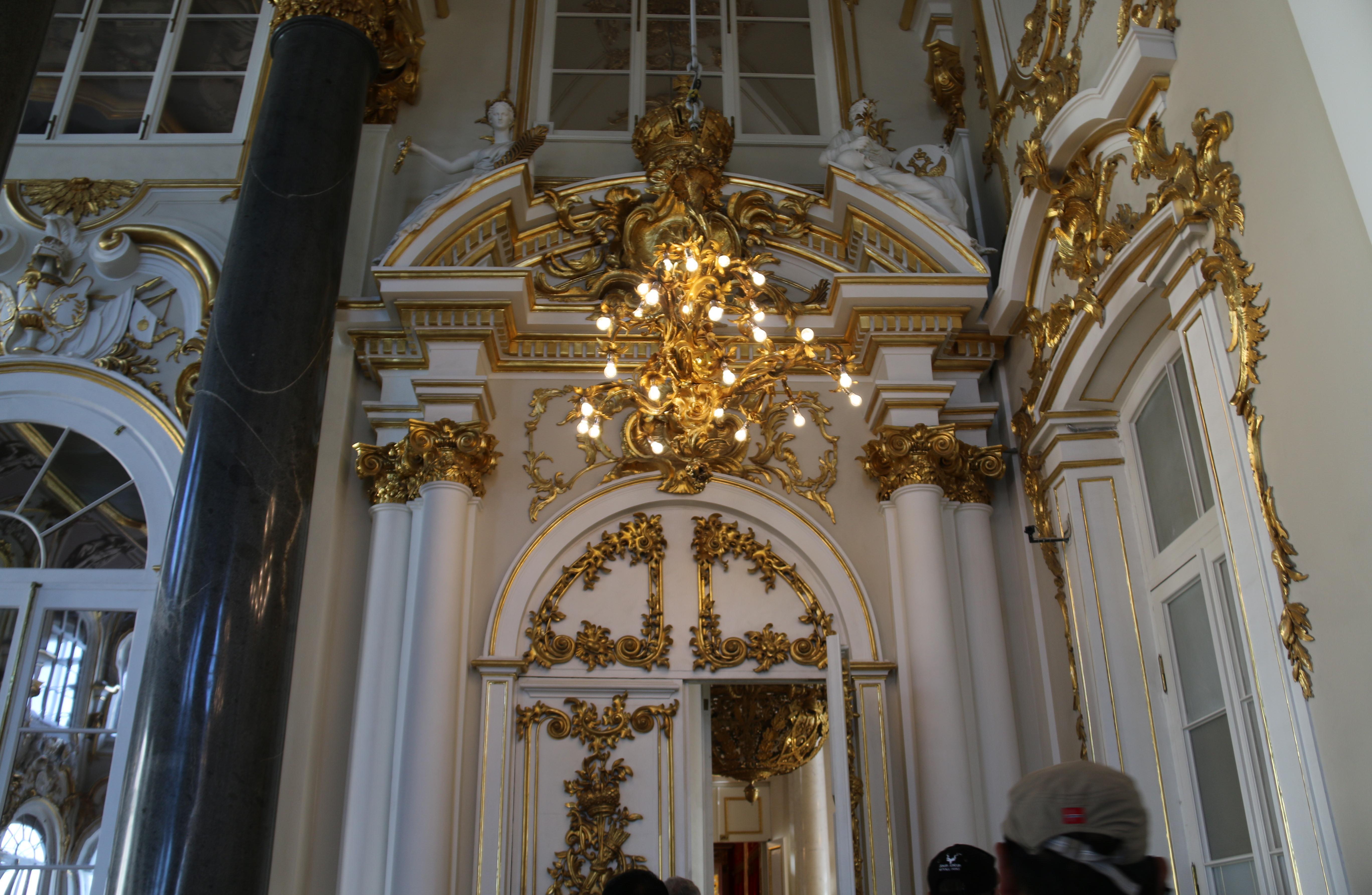 冬宫是俄罗斯著名的皇宫,同时也是世界上最大最古老的博物馆之一.