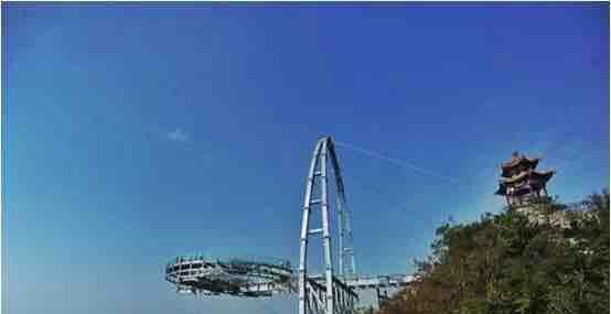 北京平谷石林峡景区的飞碟玻璃观景台已正式迎客.石林