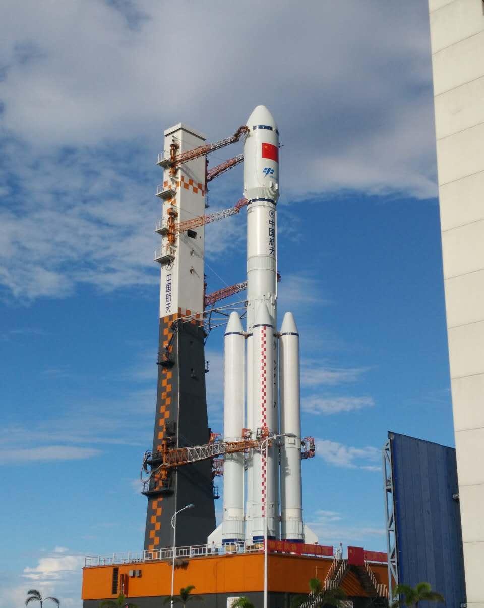 长征七号运载火箭 长征七号火箭采用无毒无污染燃料 尾焰会更长 人民网北京6月24日电 据央视报道,在海南文昌,执行首次飞行试验任务的长征七号运载火箭22日完成垂直转运,计划于25日至29日间择机发射,目前发射场的各系统已进入发射前的各项准备阶段。这次发射采用全新的三垂一远测发模式,缩短了火箭在发射区的射前准备时间,同时也提高了发射的可靠性。那么,作为我国新的航天港,海南文昌发射场又新在哪里呢? 在海南文昌航天发射中心,针对高温、高湿、高盐雾,强降雨、强台风、强雷暴的特点,在发射场立项之初,科研人员就开
