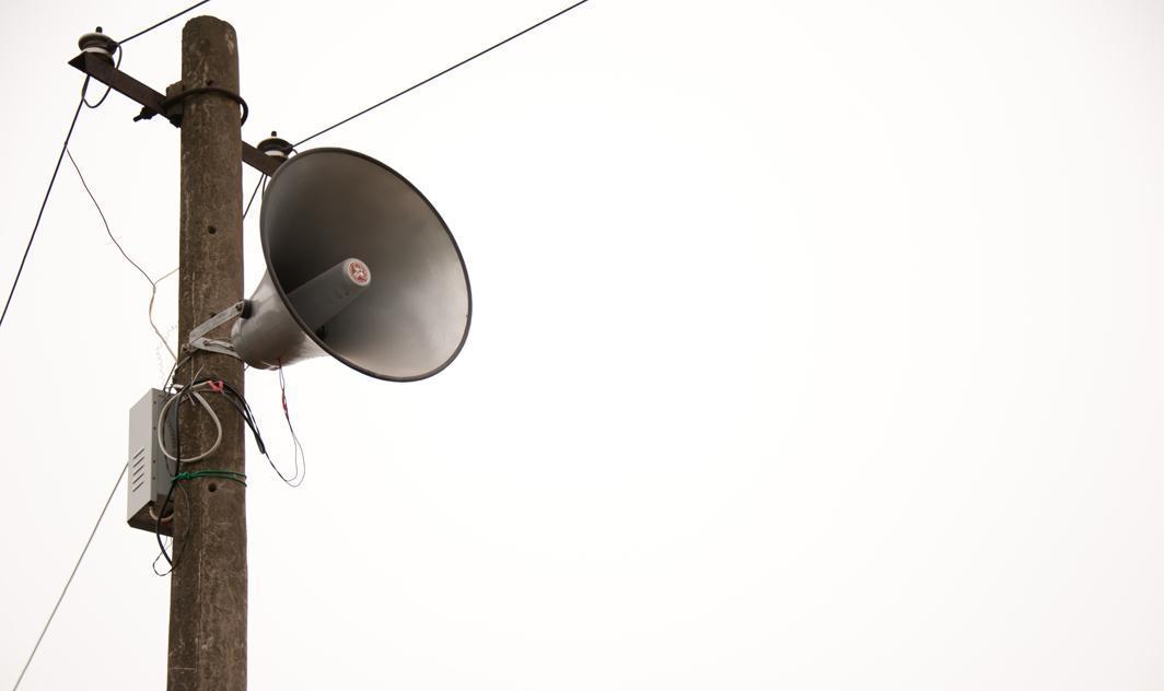 说在我家前的电线柱子上安个广播