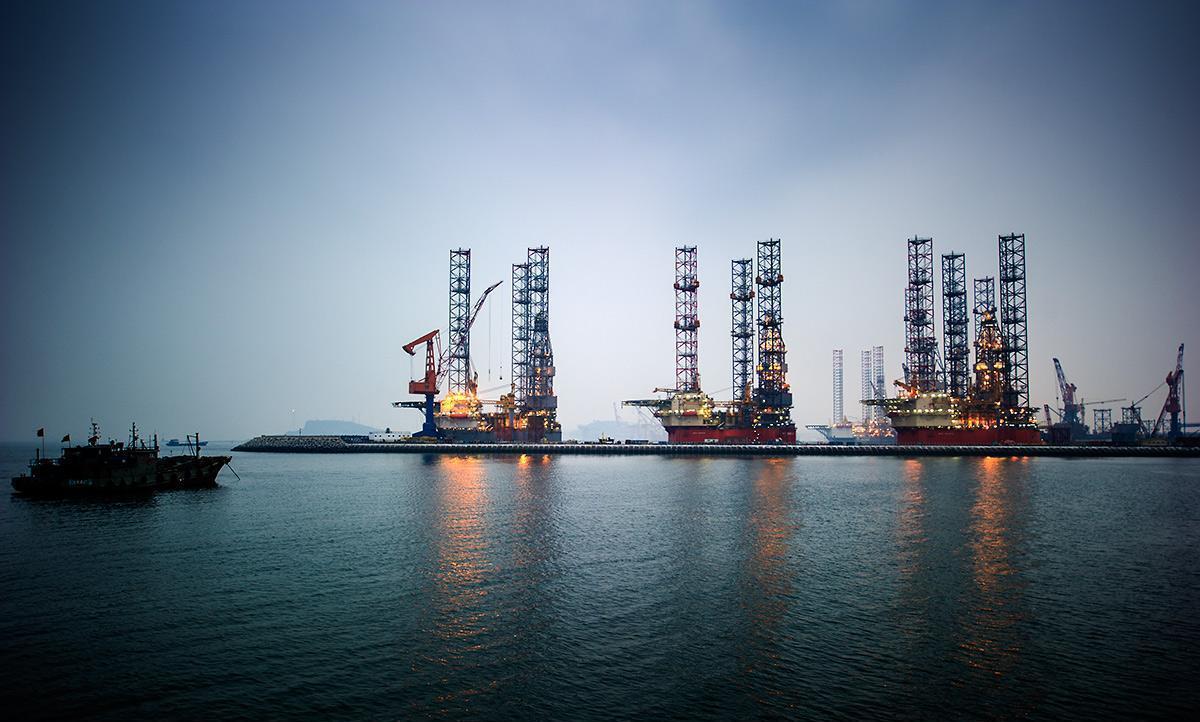 此外,EIA报告显示,除却战略储备的商业原油库存增加495.4万桶至5.331亿桶,增幅0.9%;除却战略储备的商业原油上周进口830.7万桶/日,较前一周增加90.2万桶/日。金融服务公司首席财务分析师熊哲金认为,尽管汽油库存和精炼油库存继续保持跌势,但美国原油库存录得大于预期,与此前API原油库存增幅大于预期一致,且美国原油产量连续上涨至13个月来最高水平。并由此分析指出;减少能源依赖的改革计划难以实现以及减产协议延不延长都将是死路一条。