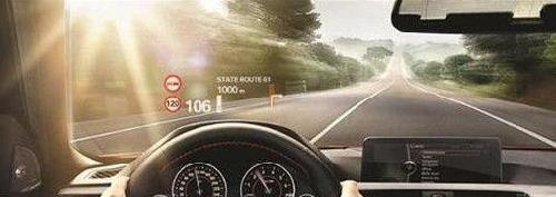 开发中的汽车前挡风玻璃兼显示器
