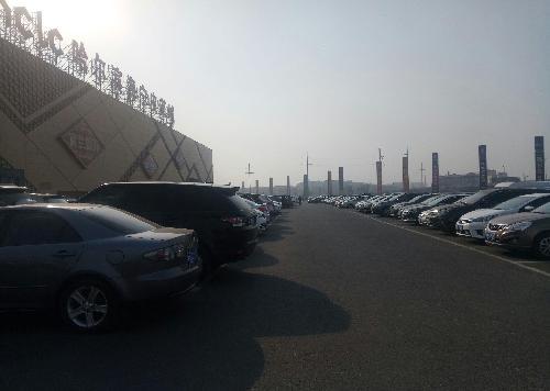 昨天中午左右在哈尔滨海宁皮革城,停车场基本停满车,里面顾客也很多.