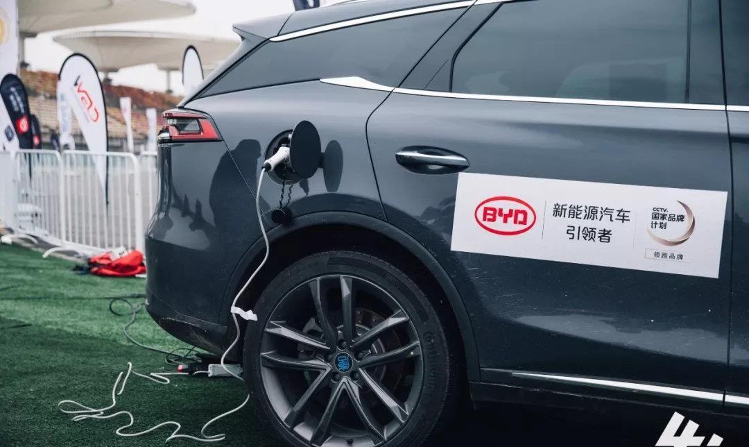 突破!比亚迪汽车闪耀中国顶级直线竞速赛场 小迪快报  发布于 2019-03-06 09:00:00   阅读数:4689   3月3日,2018Fast4ward总决赛现场,如果赋予比亚迪汽车一个最生动、最直观的描述,那么最好不过的就是: 突  破 !    对于一个成立仅仅20多年的年轻车企来说,能以如此快的速度立足于强手林立的中国汽车市场,并维持多年的销量增势,实属奇迹!而同样是得益于其主打特长新能源技术!比亚迪汽车当前在国内汽车运动领域,也早已成为了自主品牌的领头羊。实在是惊人的突破!    在